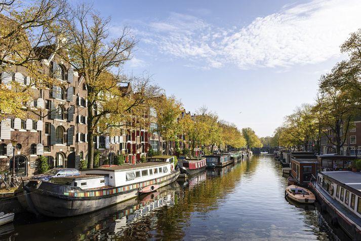 Í Amsterdam eru 165 síki og samanlögð lengd þeirra er yfir 100 kílómetrar. Á þeim eru um 2.500 húsbátar. Hluti síkjanna í miðborginni hafa verið á heimsminjaskrá UNESCO síðan 2010.