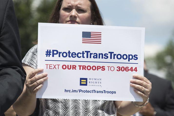 Frá mótmælum gegn transbanni í hernum í Washington-borg.