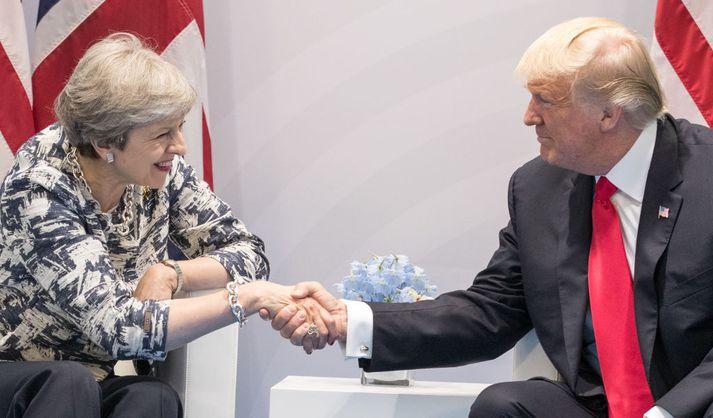 Theresa May og Donald Trump takast hér í hendur á fundinum í dag.