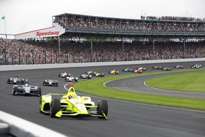 Frá Indy 500-kappakstrinum í maí. Fremstur í flokki fer Simon Pagenaud, ökumaður Penske, sem hrósaði sigri.