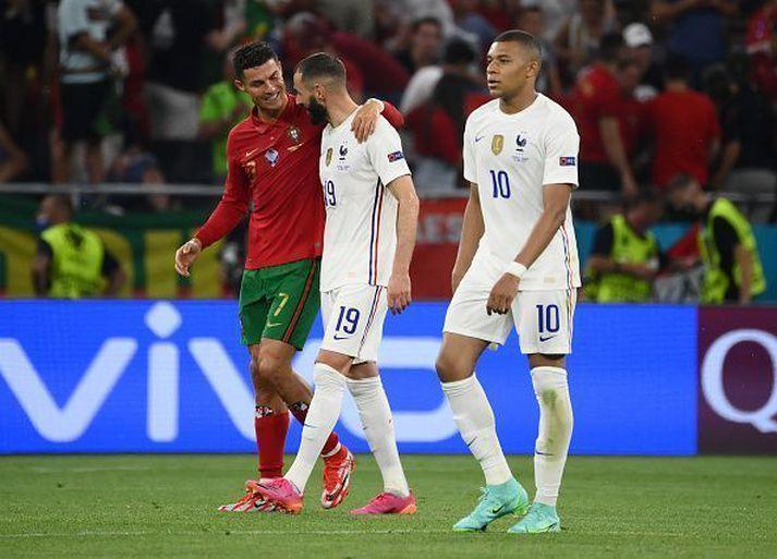 Markaskorarar kvöldsins, Benzema og Ronaldo, fallast í faðma.