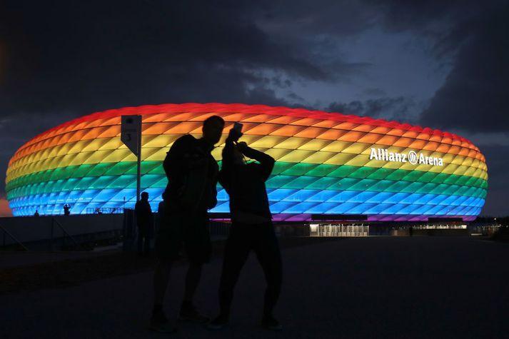 Til stóð að Allianz leikvangurinn yrði lýstur upp í regnbogalitum en UEFA hafnaði því.