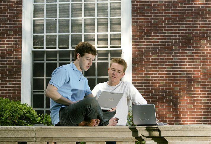 Mark Zuckerberg og Chris Hughes á háskólasvæði Harvard í árdaga Facebook.