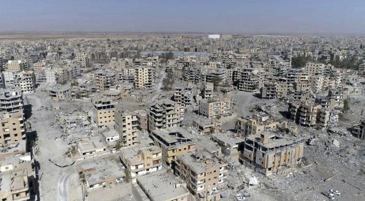 Raqqa var frelsuð af sýrlenskum Kúrdum og bandamönnum þeirra en með stuðningi Bandaríkjanna úr lofti og skemmdist verulega.