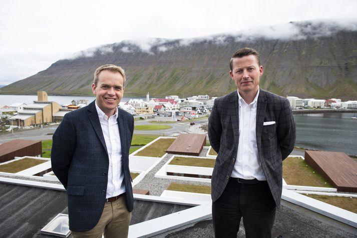 Guðmundur er frá Bolungarvík og Gylfi frá Ísafirði en þeir kynntust á Akureyri þegar þeir voru þar í hópi utanbæjarmanna í Háskólanum á Akureyri.