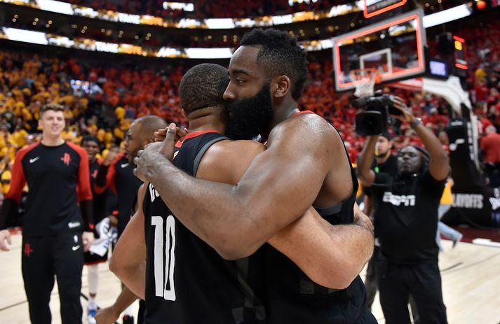 Harden og Eric Gordon fallast í faðma eftir sigurinn Houston Rockets á Utah Jazz í nótt.