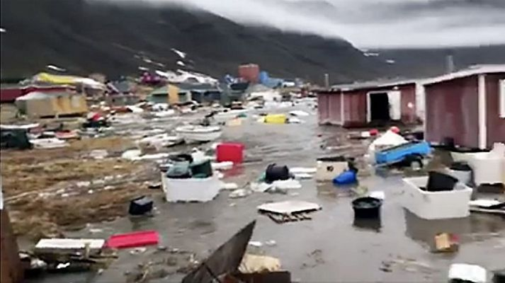 Lögreglan á Grænlandi segir að ellefu húsum hafi skolað á haf út í bænum Nuugaatsiaq.