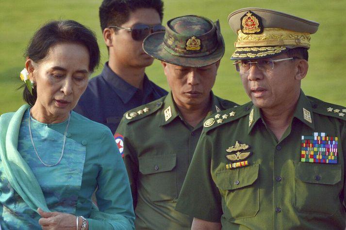 Min Aung Hlaing sést hér til hægri. Hann hefur nú tekið völdin í Mjanmar og sett Aung San Suu Kyi, til vinstri, í stofufangelsi.