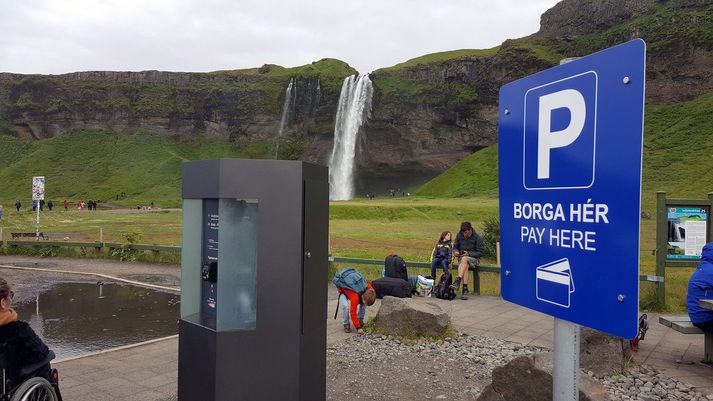Gjaldtaka hófst á föstudag við bílastæðin við Seljalandsfoss.