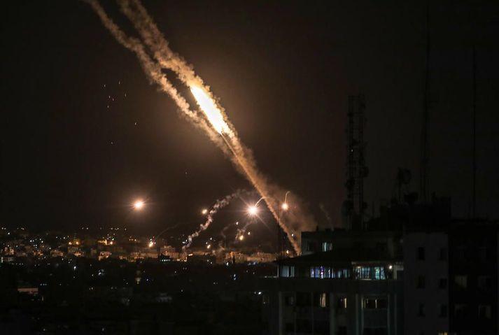 Árásum Ísraelsmanna var svarað með eldflaugum frá Gaza.