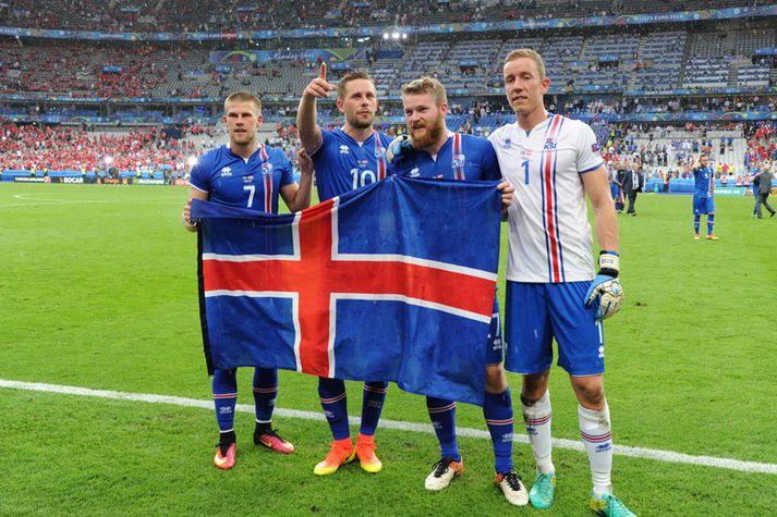 Íslenskir landsliðsmenn fagna á EM í Frakklandi 2016.