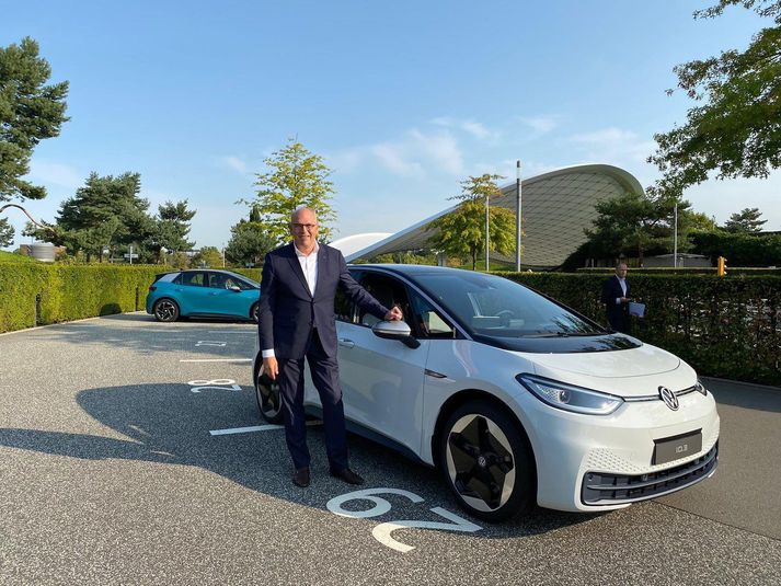 Jürgen Stackmann, sölustjóri Volkswagen við hlið fyrsta ID.3 1ST sem afhentur var.