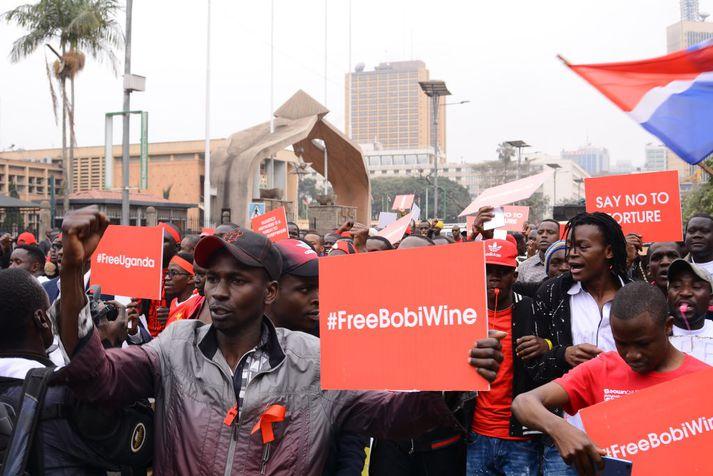 Stuðningsmenn Bobi Wine vilja að hann verði látinn laus.