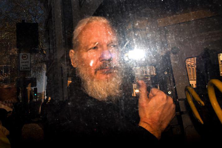 Assange var handtekinn í London í apríl.