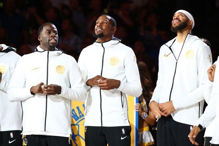 JaVale McGee er hér með þeim Draymond Green og Kevin Durant þar sem þeir eru nýbúnir að fá meistarahringinn afhentan fyrir sigurinn í NBA árið 2018.