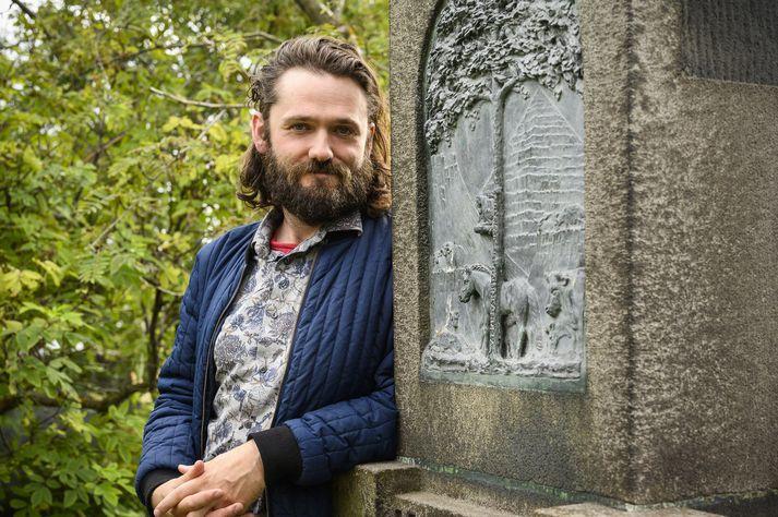 Gunnar Theodór er hér í Alþingisgarðinum við minnisvarða um Tryggva Gunnarsson sem er grafinn þar.