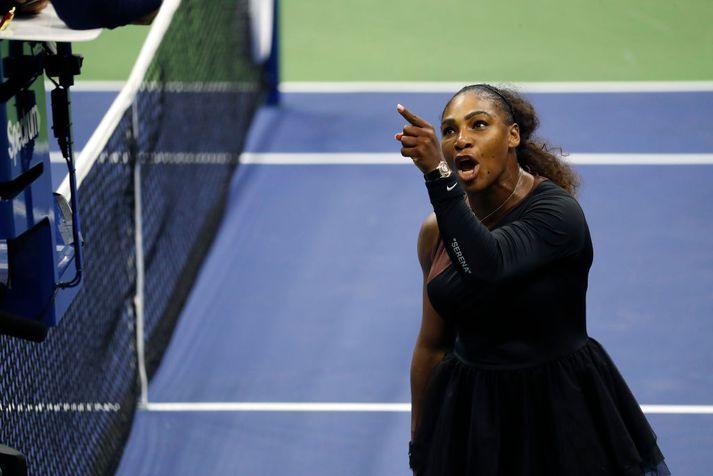 Serena rífst við dómarann í gærkvöldi