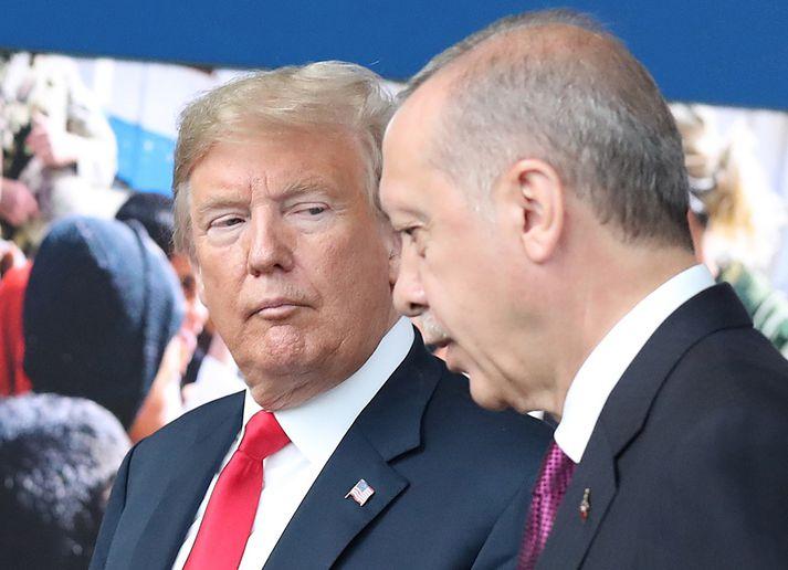 Ákvörðun Trump um að draga herlið frá Sýrlandi hefur verið tengd við símtal hans við Erdogan Tyrklandsforseta. Í því er Erdogan sagður hafa gagnrýnt samvinnu Bandaríkjahers og Kúrda sem hann lítur á sem hryðjuverkamenn.