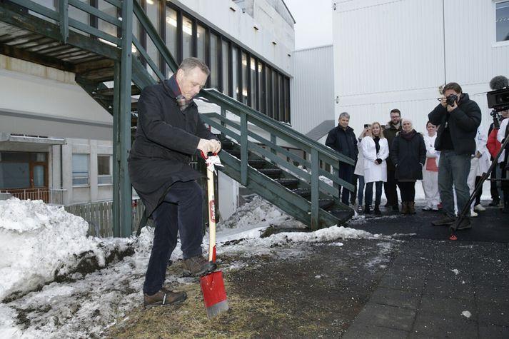 Páll Magnússon, forstjóri Landspítalans, tók fyrstu skóflustunguna að húsi jáeindaskannans í janúar 2016.