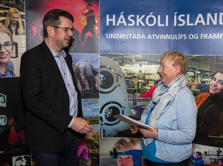 Sólveig tekur við brautskráningarskírteini sínu úr hendi Stefáns Hrafns Jónssonar, forseta Félagsfræði-, mannfræði- og þjóðfræðideildar.