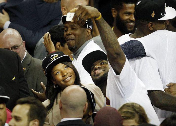 LeBron James með eiginkonu sinni Savannah eftir að hann vann NBA titilinn með Cleveland Cavaliers.
