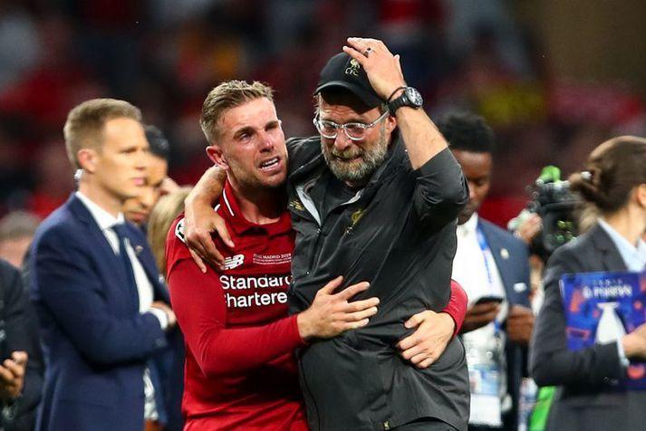 Fyrirliðinn Jordan Henderson með knattspyrnustjóranum Jürgen Klopp eftir sigur Liverpool í Meistaradeildinni í júní í fyrra.
