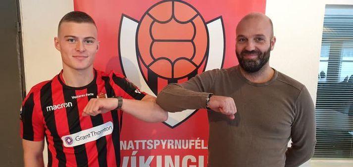 Axel Freyr Harðarson ásamt Arnari Gunnlaugssyni, þjálfara Víkings.