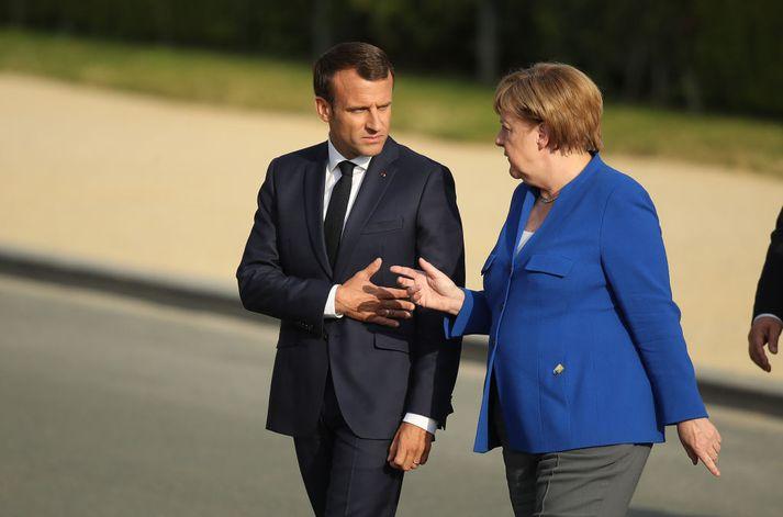 Emmanuel Macron, forseti Frakklands, og Angela Merkel, kanslari Þýskalands, ræða saman á NATO-fundinum í gær - kannski um Makedóníu.