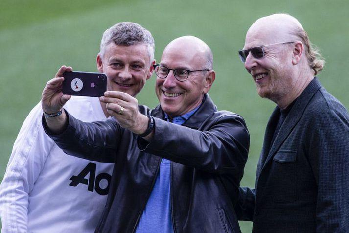 Bræðurnir Avram Glazer og Joel Glazer, eigendur Manchester United, taka mynd af sér með knattspyrnustjóranum Ole Gunnar Solskjær.