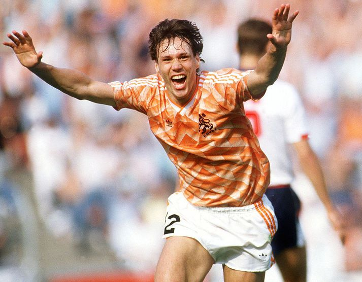 Van Basten fagnar á EM 1988.