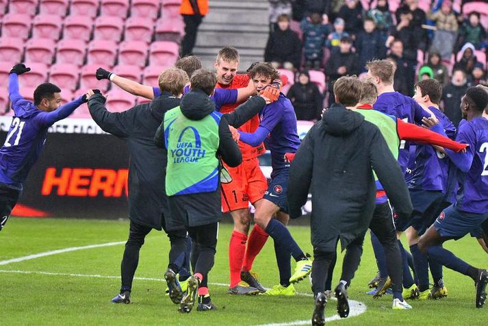 Elías Rafn Ólafsson fagnar sigurleik Midtjylland í YouthLeague á síðasta ári.