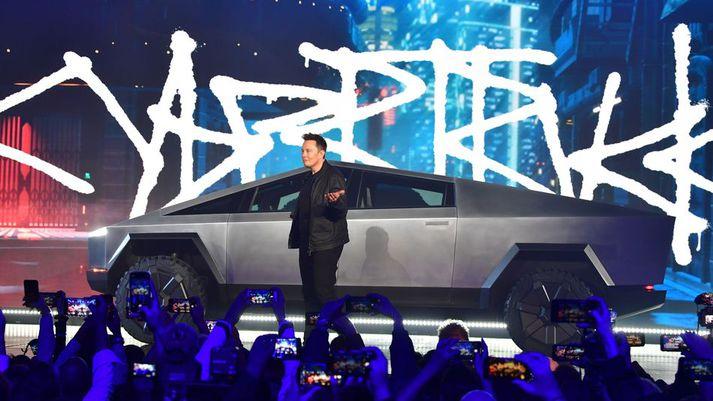 Elon Musk drekkur í sig fagnaðarlætin eftir að Cybertruck var afhjúpaður.