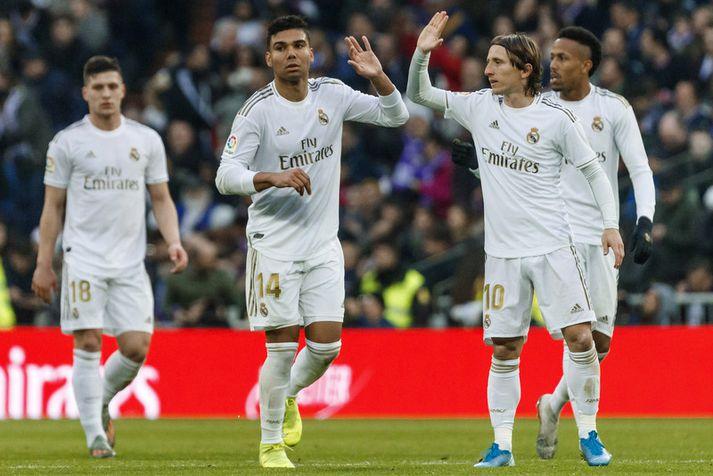 Casemiro og Luka Modric fagna saman marki hjá Real Madrid.