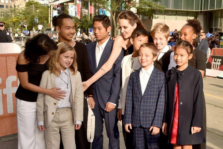 Loung Ung, Vivienne Jolie-Pitt, Maddox Jolie-Pitt, Pax Jolie-Pitt, Angelina Jolie, Kimhak Mun, Knox Jolie-Pitt, Shiloh Jolie-Pitt, Zahara Jolie-Pitt og Sareum Srey Moch á frumsýningunni í dag.