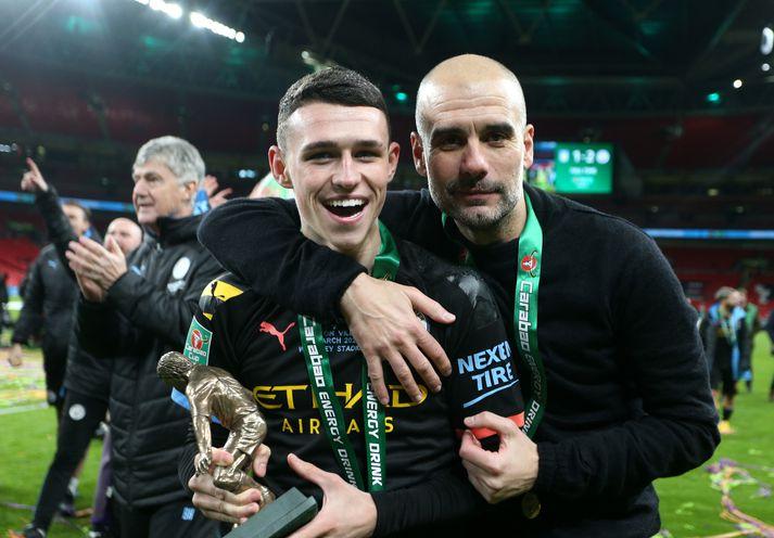 Phil Foden og Pep Guardiola eftir úrslitaleik enska deildabikarsins þar sem Manchester City vann Aston Villa, 2-1. Foden var valinn maður leiksins.