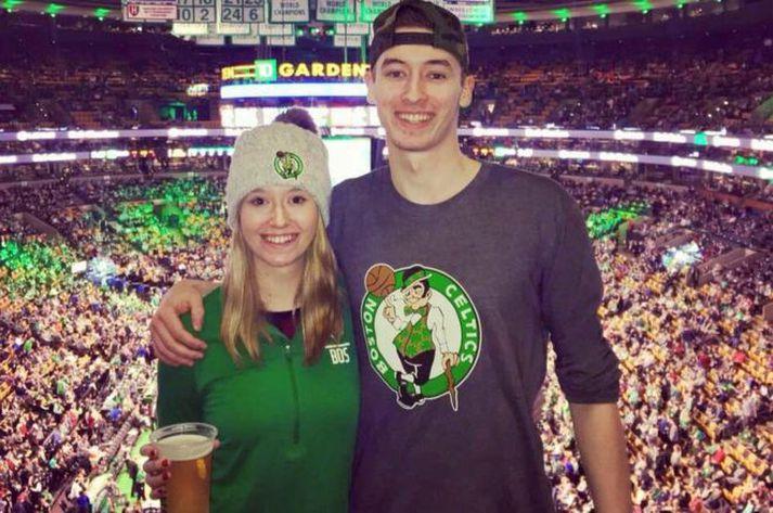 Shane Missler er mikill Celtics-aðdáandi en hér sést hann á leik með systur sinni.