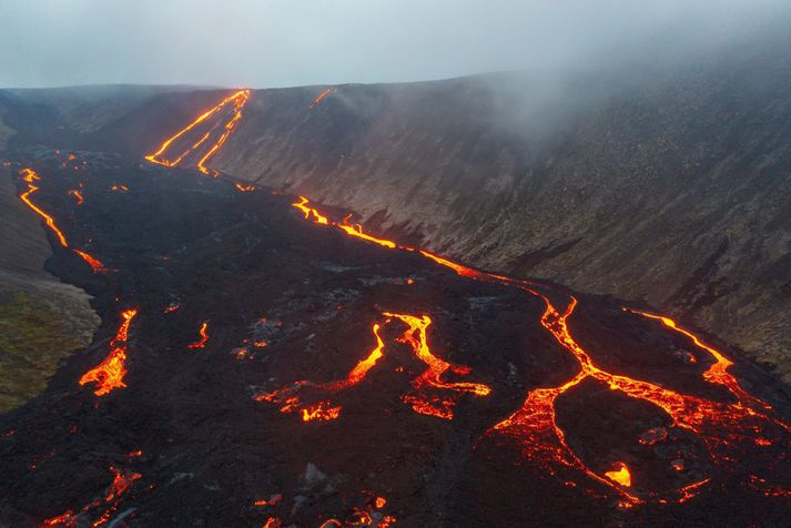 Búið er að kalla út björgunarsveitir negna hraunflæðisins. Myndin er úr safni.