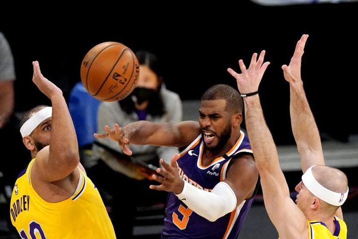 Chris Paul hefur breytt miklu fyrir lið Phoenix Suns sem var ungt og efnilegt lið en þurfti leiðtoga eins og hann. Hér er Paul í leiknum á móti Lakers í nótt.