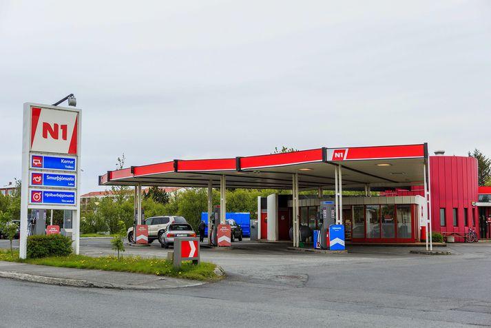 Bensínstöð N1 við Ægissíðu er ekki ein af þeim bensínstöðvum sem lagt er til að verði seld.