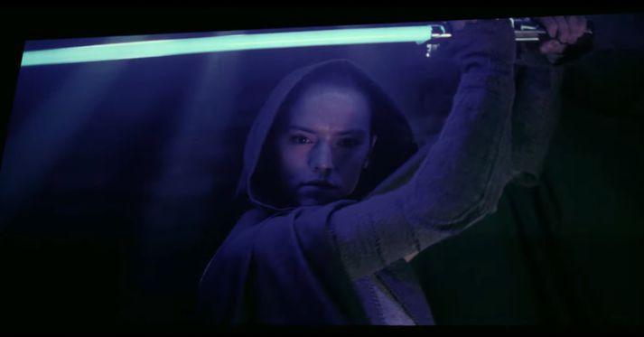 Daisey Ridley er vígaleg með geislaverð á lofti í hlutverki sínu sem Rey.