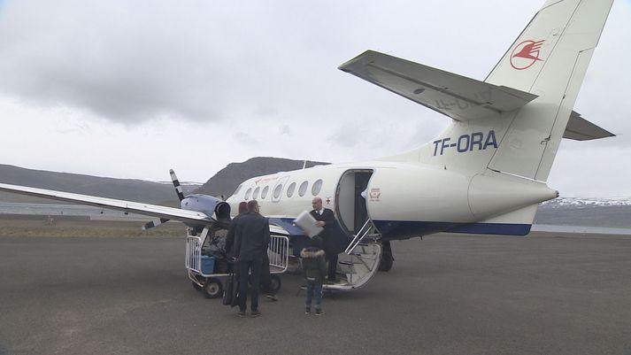 Frá Bíldudalsflugvelli. Jetstream-flugvél frá Flugfélaginu Erni á flughlaðinu.