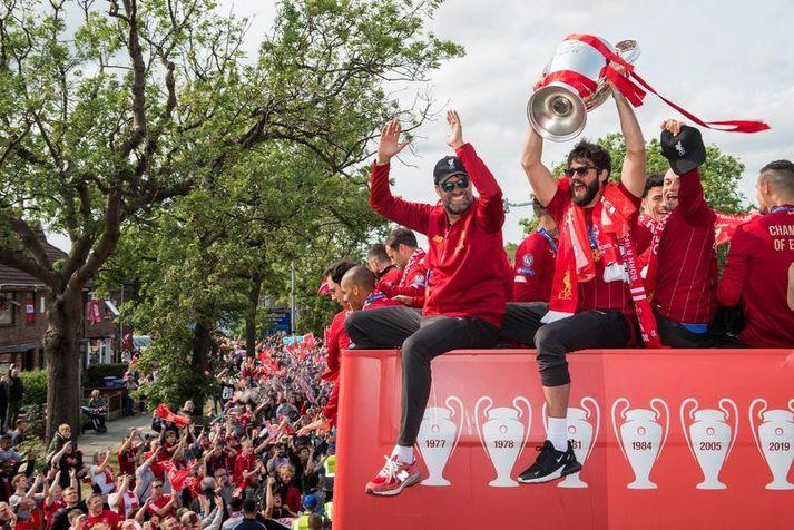 Jürgen Klopp og Alisson Becker í síðustu skrúðgöngu Liverpool liðsins eftir sigur í Meistaradeildinni í júní 2019.