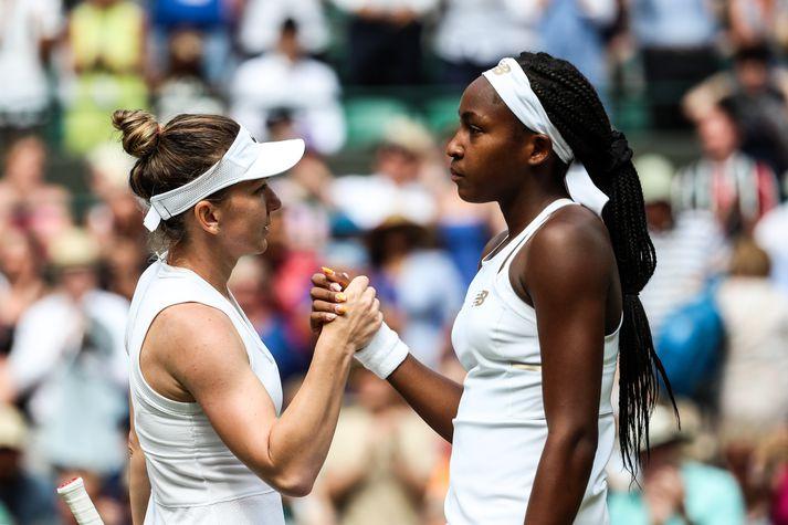 Halep og Gauff takast í hendur eftir viðureign þeirra á Wimbledon í dag.