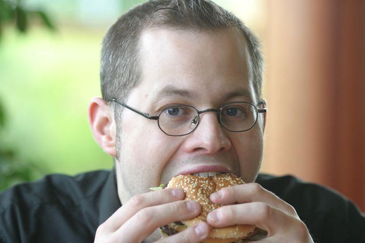 Curver Thoroddsen framkvæmdi gjörning árið 2003 þar sem hann borðaði ekkert nema hamborgaratilboð. Fyrsti bitinn var tekinn á McDonald's.