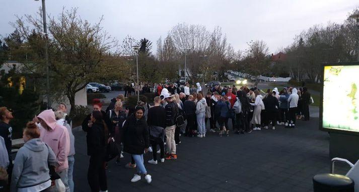 Długa kolejka przed wejściem na basen Laugardalslaug.