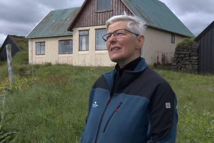 Vera Roth, verkefnastjóri Kirkjubæjarstofu, við bæinn að Hnausum í Meðallandi.