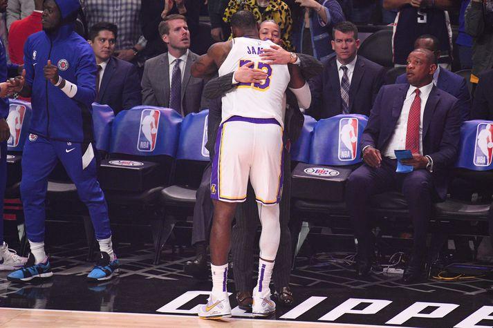 LeBron James faðmar Tyronn Lue, fyrrum þjálfara sinn hjá Cleveland Cavaliers, og núverandi aðstoðarþjálfara Clippers. Doc Rivers situr þeim á hægri hönd.