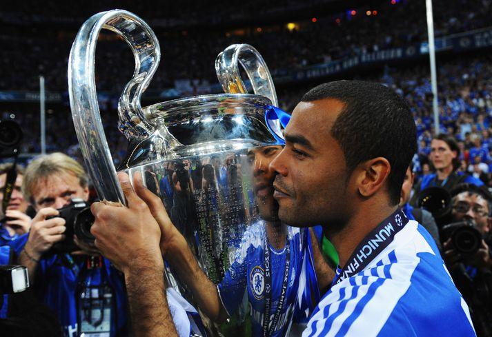 Cole með Meistaradeildarbikarinn eftir sigur Chelsea á Bayern München á Allianz Arena 2012.