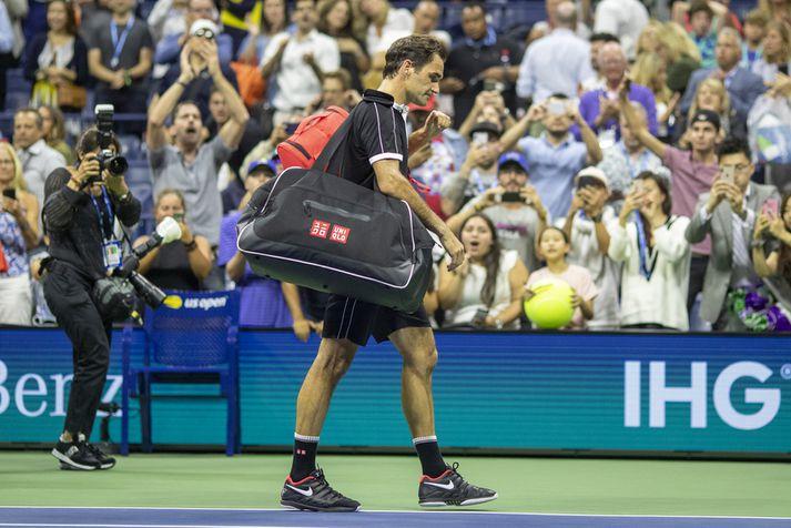 Roger Federer gengur svekktur af velli.