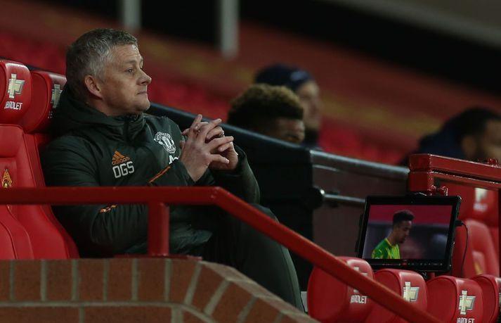 Ole Gunnar Solskjær fylgist með leik United gegn WBA á Old Trafford, þar sem borðar hafa truflað leikmenn liðsins.